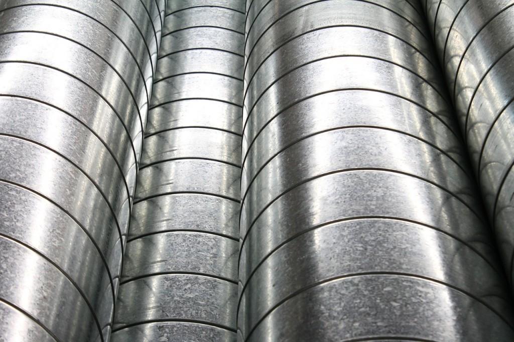 tubos de aço em corredores subterrâneos